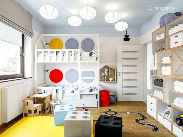 Białe piętrowe łóżko domek z miękkimi panelami ściennymi kolorowy niebieski sufit w małym pokoju rodzeństwa