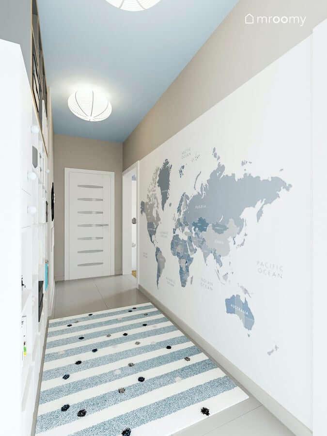 Przedpokój pokoju dziecięcego z mapą świata jako tapetą i niebieskim sufitem