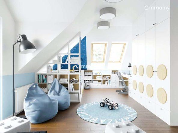Jasny pokój na poddaszu dla chłopca z workami sako miękkimi panelami ściennymi i ażurowym regałem