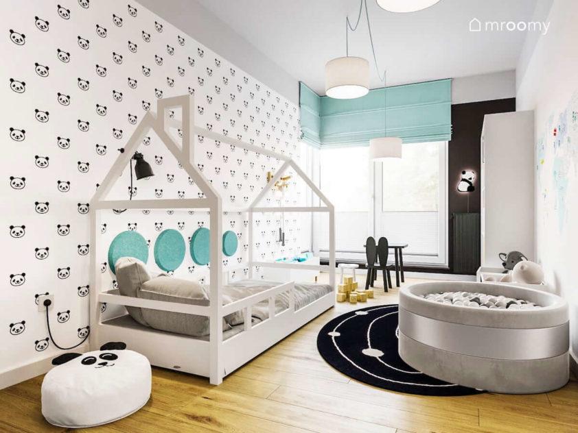 Pokój dziecka chłopca dziewczynki z motywem pandy łóżkiem domkiem suchym basenem z kulkami szarym sufitem okrągłym turkusowymi panelami ściennymi i zieloną roletę rzymską