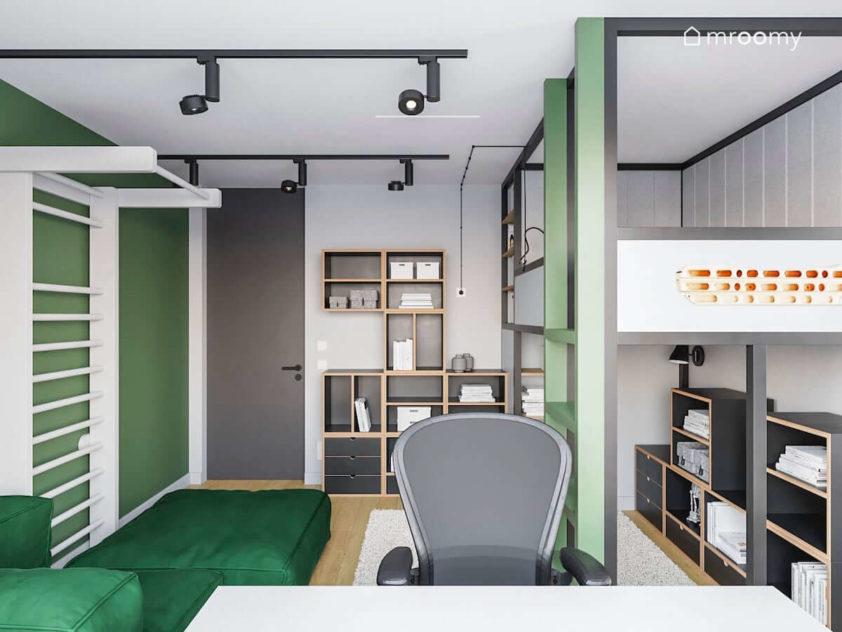 Łózko z antresolą zielona kanapa szare meble ze sklejki i biała drabinka w pokoju chłopca nastolatka