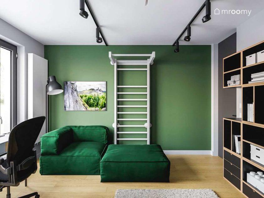 Biała drabinka zielona sofa modułowa zielona ściana w dużym pokoju nastolatka