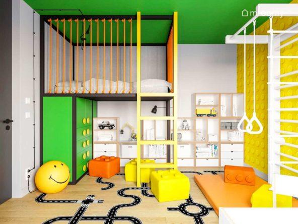 Łózko na antresoli zielone meble drabinka gimnastyczna i białe regały sklejkowe w pokoju chłopca