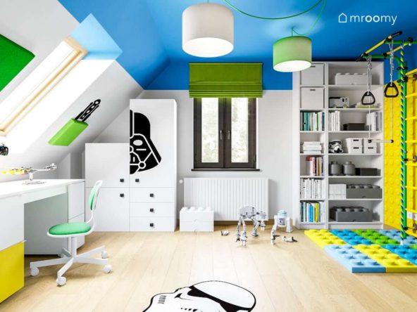 Duży pokój poddaszowy fana star wars i lego z niebieskim sufitem i zielonymi dodatkami