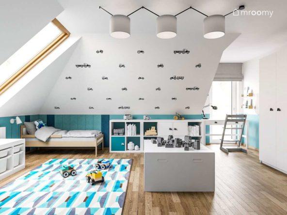 Drewniane łóżko w poddaszowym pokoju chłopca fana traktorów w tonacji biało niebieskiej