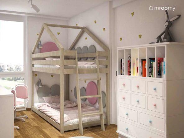 Piętrowe łózko z miękkimi panelami ściennymi i komoda w niewielkim pokoju dwóch małych dziewczynek