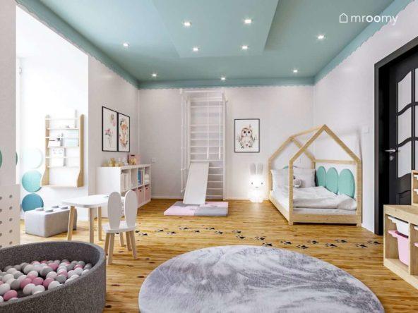 Biało różowy pokój dziewczynki z turkusowym sufitem małym stoliczkiem i krzesłem  drabinką i łóżkiem domek