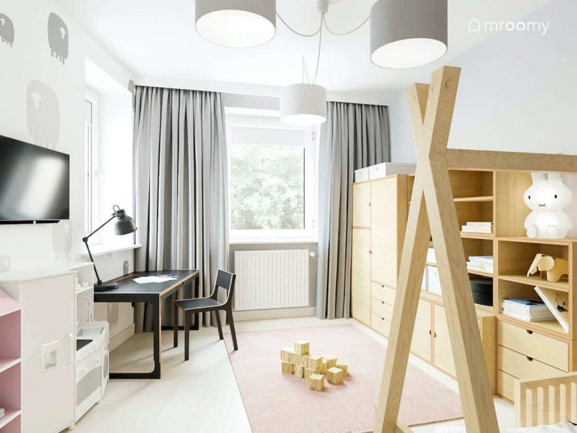 Pokój dziewczynki z tapetą w owce czarnym biurkiem ze sklejki i modułową szafą z jasnej sklejki