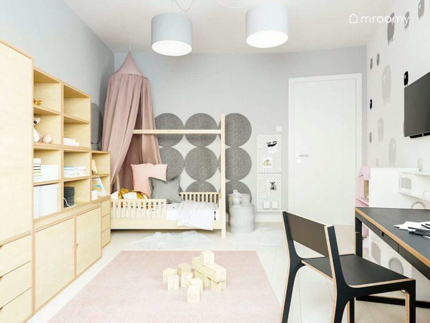 Pokój małej dziewczynki z łóżkiem tipi baldachimem dużymi okrągłymi panelami ściennymi sklejkowymi meblami i szarymi abażurami