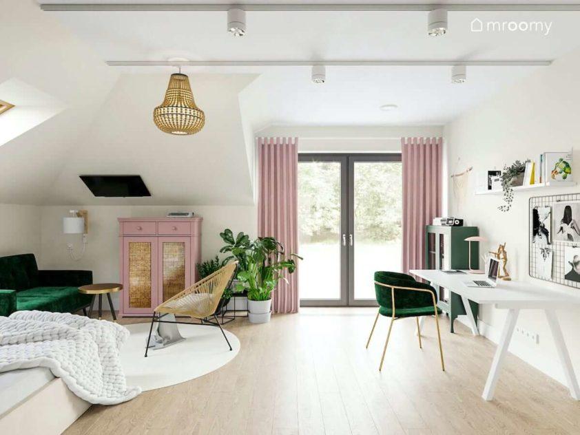 Duży pokój poddaszowy nastolatki w jasnych kolorach z dodatkami zieleni i delikatnego różu