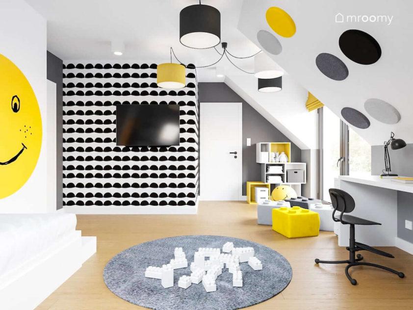 Biało szare ściany i żółto czarne dodatki w pokoju dziewczynki chłopca na poddaszu