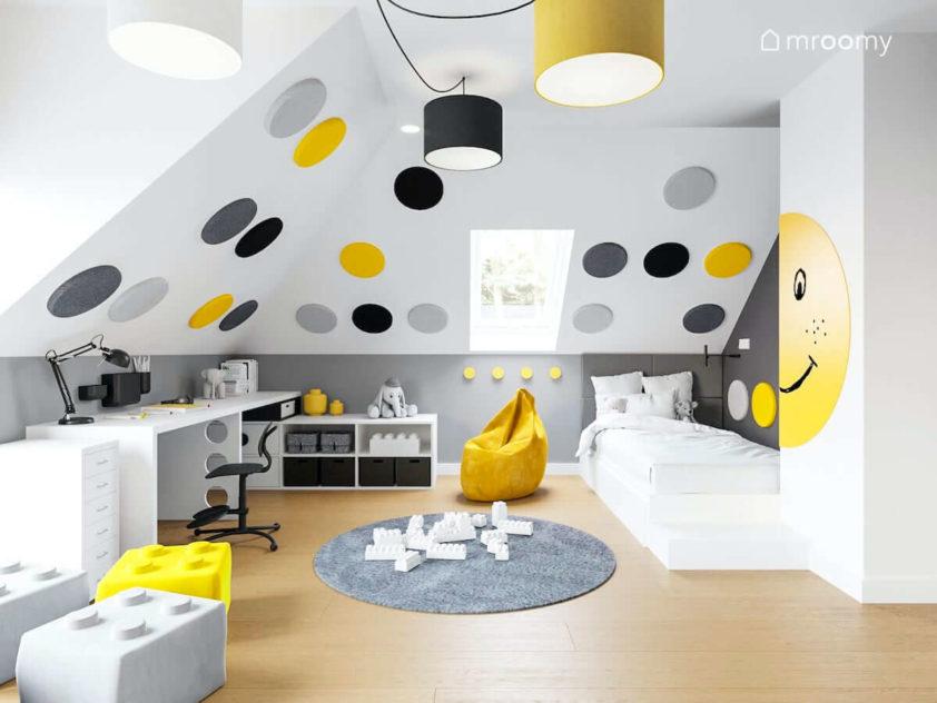 Radosny pokój dziewczynki lub chłopca na poddaszu z dużymi okrągłym panelami ściennymi białym biurkiem i łóżkiem oraz z żółtym workiem sako