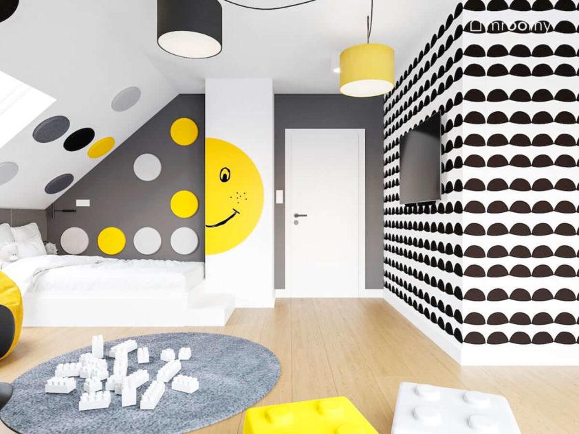 Białe łóżko naklejka z uśmiechniętą buźką tapetą w biało-czarny skandynawski wzór i żółto czarne abażury w pokoju dziewczynki i chłopca