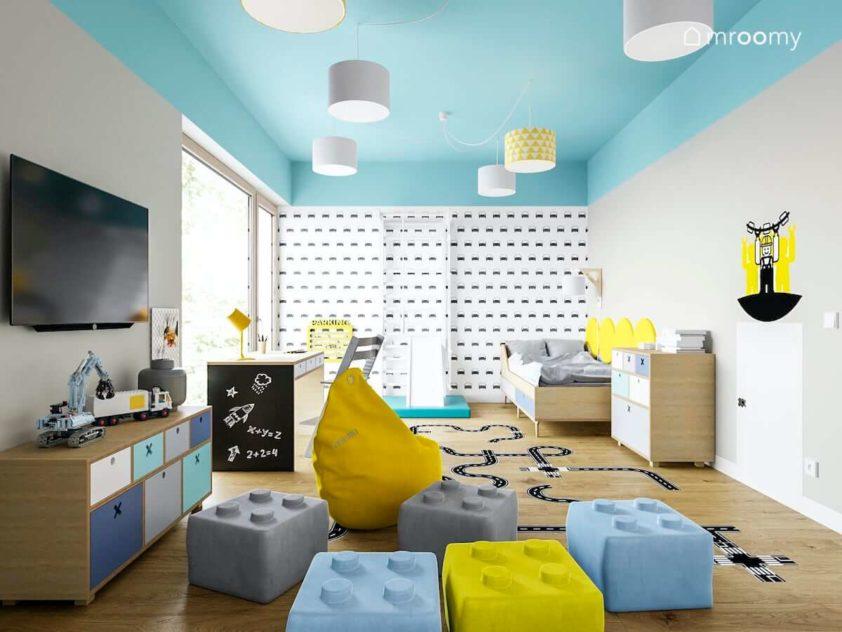 Kolorowe pufy tapeta w autka i meble ze sklejki w pokoju małego chłopca