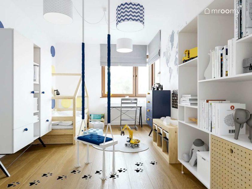 Pokój chłopca z huśtawką naklejkami podłogowymi kolorowymi abażurami i łóżkiem domkiem