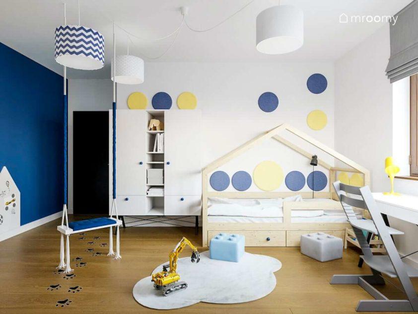 Łóżko domek kolorowe okrągłe panele ścienne dywan chmurka i miękkie pufy lego w pokoju chłopca