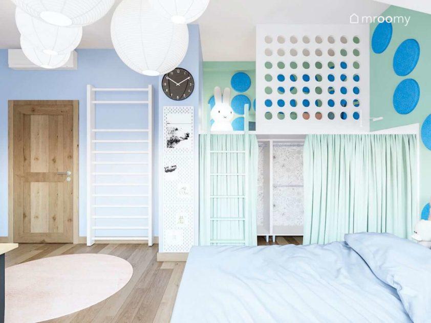 Pokój dziewczynki z antresolą z drabinką do ćwiczeń niebieskimi ścianami i zielonymi dodatkami