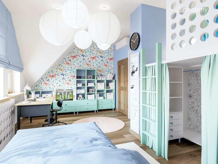 Antresola z szafą na dole tapeta w motyle meble zielone i biurko w pokoju małej dziewczynki