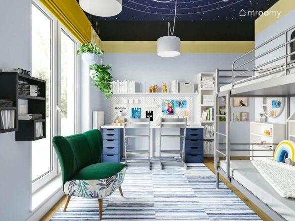 Pokój dla rodzeństwa z kosmosem na suficie żółtymi dodatkami i zielonym fotelem