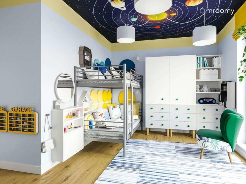 Łóżko piętrowe z miękkimi panelami na ścianie szafa z białymi frontami i motyw kosmosu w pokoju rodzeństwa