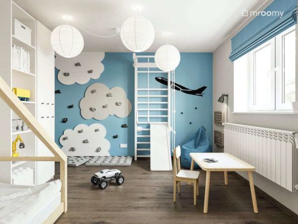 Biała drabinka na niebieskiej ścianie z panelami wspinaczkowymi chmurki w pokoju małego chłopca