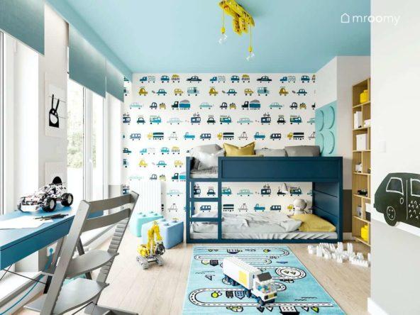 Pomalowane na niebiesko łóżko piętrowe tapeta w samochody i niebieski sufit w pokoju małego chłopca