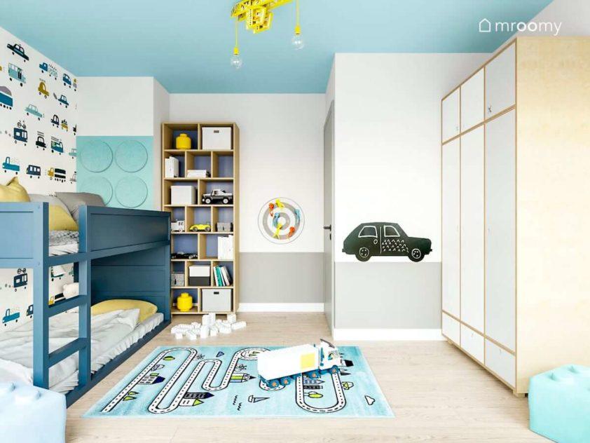 piętrowe łóżko kura przemalowane na kolor niebiesk panele ścienne lego i białe i drewniane meble w pokoju chłopca