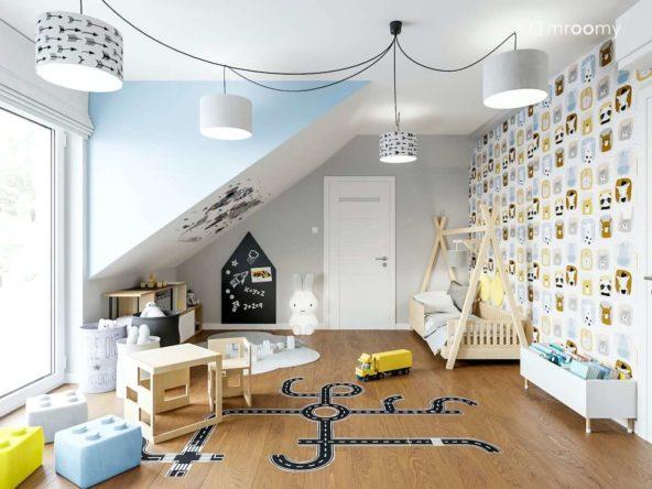 Łóżko domek w poddaszowym pokoju chłopca w kolorach błękitu