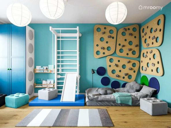 ścianka wspinaczkowa ze sklejki łóżko i biała drabinka na tle turkusowej ściany w niewielkim pokoju chłopca