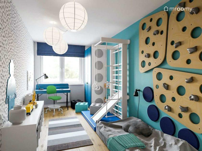 Pokój dziecięcy dla małego fana sportu i lego ze ścianką wspinaczkową drabinką gimnastyczną i biurkiem pod oknem