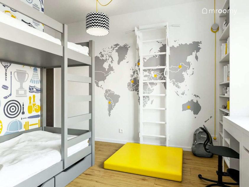 Pokój dziecięcy dla dwóch chłopców z drabinką na ścianie z tapetą mapa świata i żółtym materacem