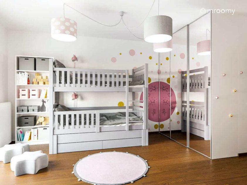 Pokój dla dwóch małych dziewczynek w którym jest szare piętrowe łóżko i szafa z lustrem