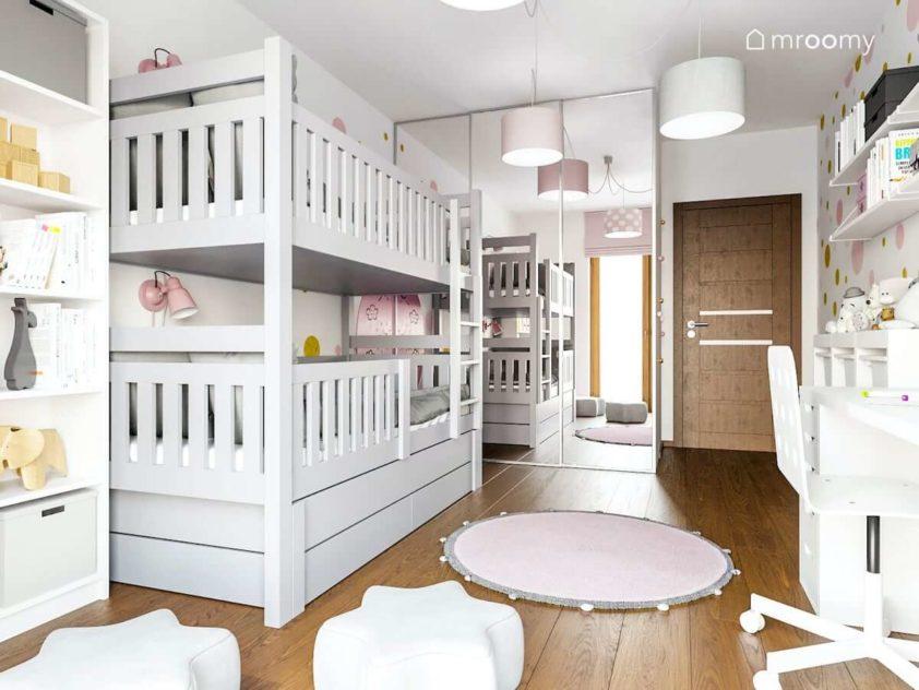 Szare piętrowe łóżko szafa z przesuwnymi drzwiami okrągły dywan i rodowe dodatki w pokoju rodzeństwa dziewczynek