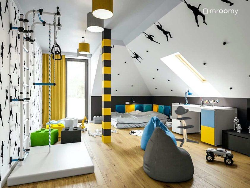 Poddaszowy pokój dla usportowionego chłopca ucznia z drabinką miejscem do nauki i spania  z żółtymi dodatkami i niebieskim kolorami