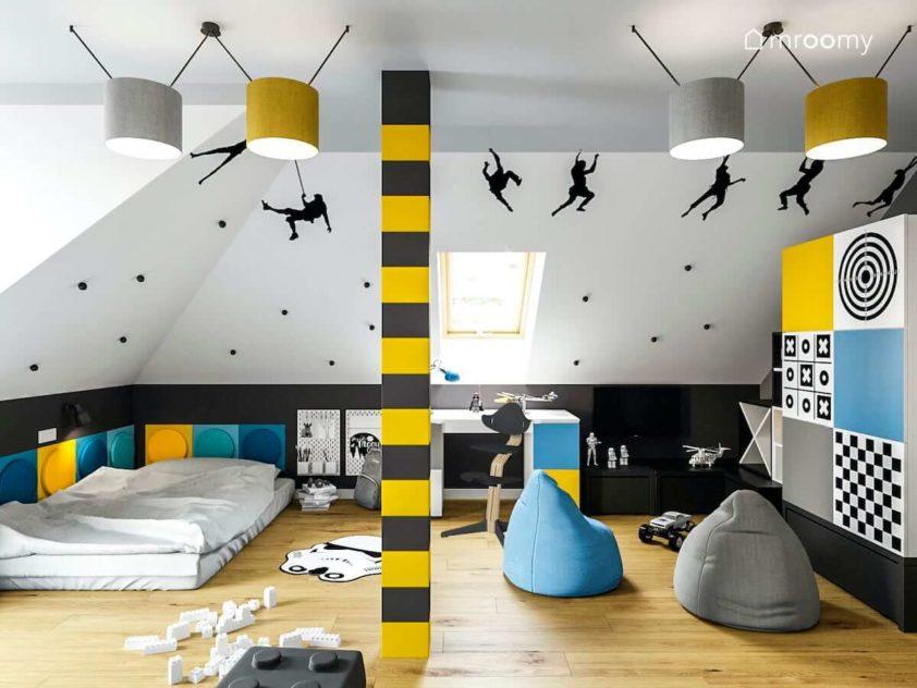 Niebieskie żółte szare i białe kolory w pokoju chłopca z workami sako materacem do spania i kolorowymi abażurami