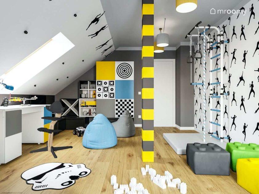 Pokój na poddaszu chłopca ze sportowymi elementami w kolorach jasnych z dodatkami niebieskimi i żółtymi