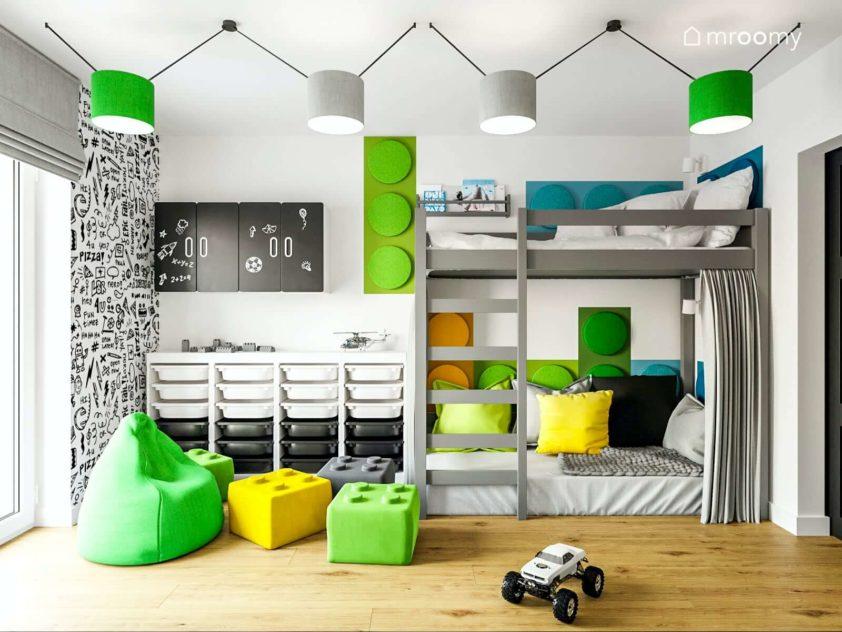 Piętrowe łóżko z bazą na dole w pokoju 8letniego chłopca z zielonymi akcentami
