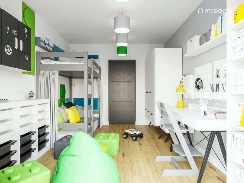 Szaro-biały pokój chłopca z mocno zielonymi dodatkami biurko łóżko piętrowe i worki sako