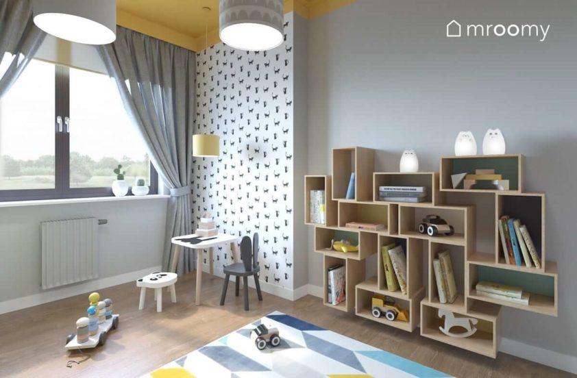 Tapeta w czarne koty na białym tle stolik i krzesełko z motywami królika i taboret z pandą i żółty sufit w pokoju przedszkolaka