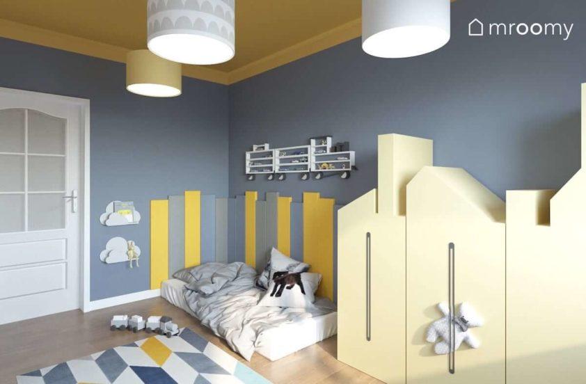Żółto-szary pokój małego chłopca z szafą kamieniczką i materacem na podłodze