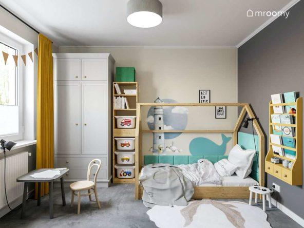 Modułowa szafa łózko domek zielone panele ścienne w kształcie wieloryba i ciemna ściana z półką na książki w pokoju małego chłopca