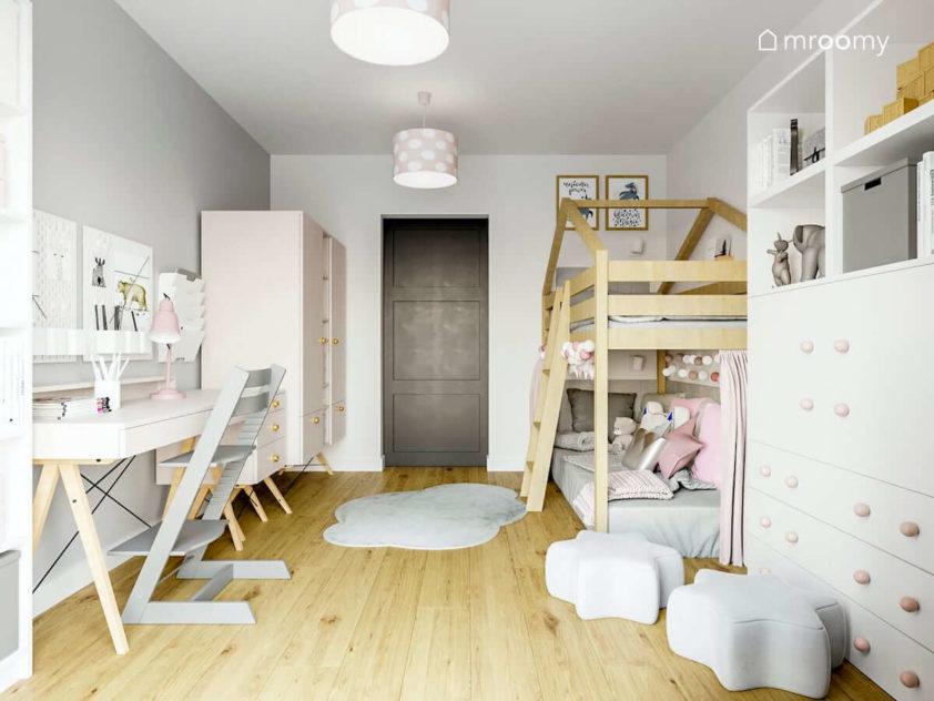 Przytulny pokój dla dziewczynki z jasno drewnianymi meblami z różowymi akcentami szarymi pufami w kształcie gwiazdek