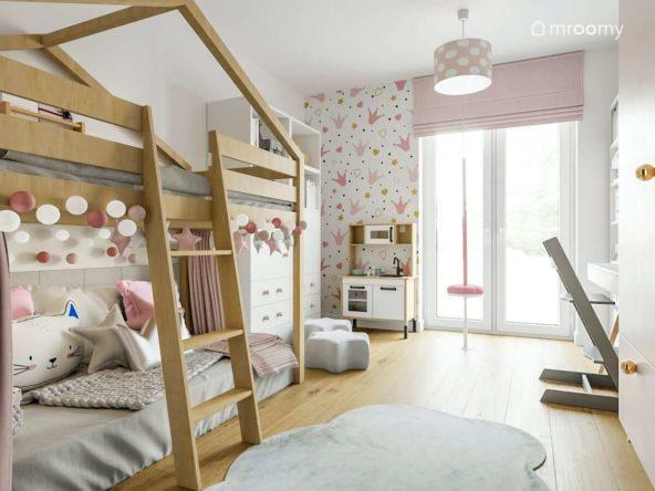 Łóżko na antresoli z miejscem do zabawy w pokoju małej dziewczynki z różowymi akcentami i szarym dywanem chmurka