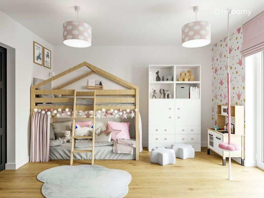 Łóżko z antresolą biała szafa szary dywan i lampy w różowo-białe grochy w pokoju kilkuletniej dziewczynki