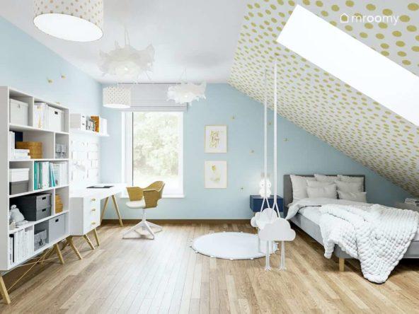 Pokój siedmioletniej dziewczynki z niebieskimi ścianami białymi meblami złotymi dodatkami i skosem z oknem