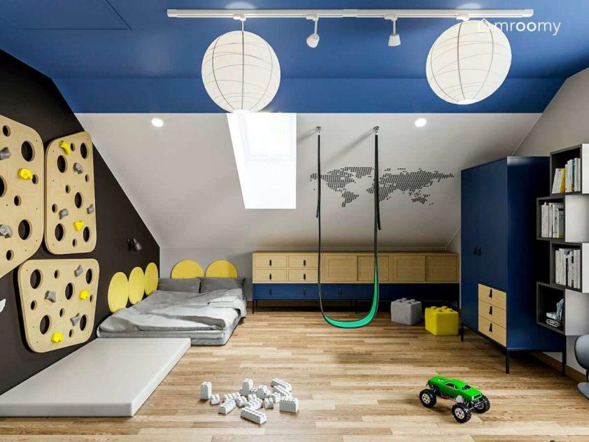 Projekt pokoju na poddaszu dla chłopca z materacem do spania meblami modułowymi pod skosem i niebieskim sufitem