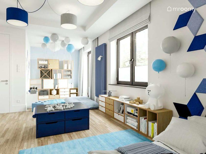 Modułowe meble ze sklejki stolik do zabawy lampy balony błękitny dywan w pokoju dla przedszkolaka
