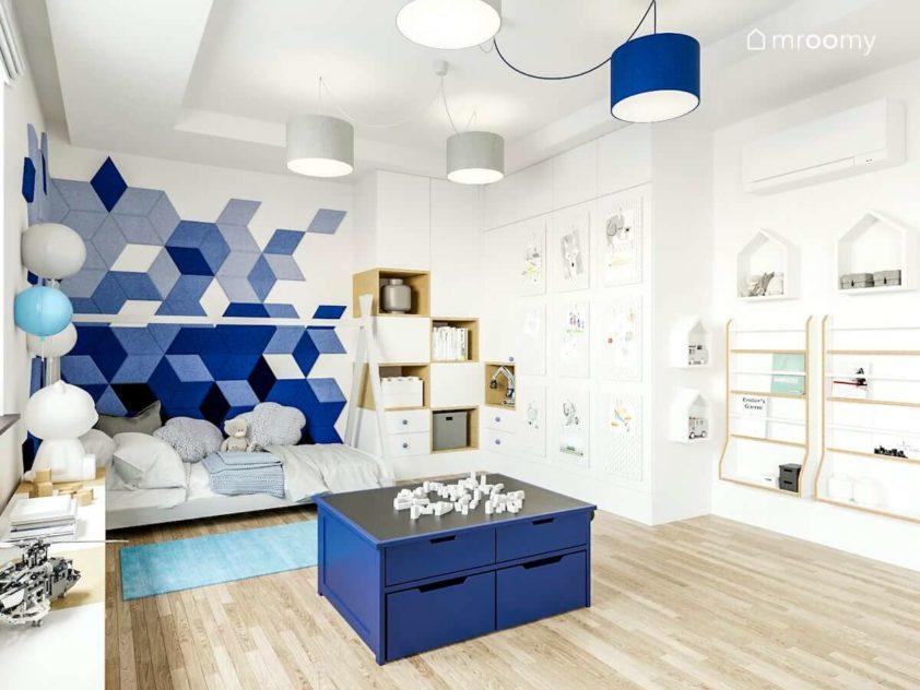 Pokój małego chłopca przedszkolaka rosnący z dzieckiem w kolorach biało niebieskim z łóżkiem tipi panelami ściennymi i abażurami