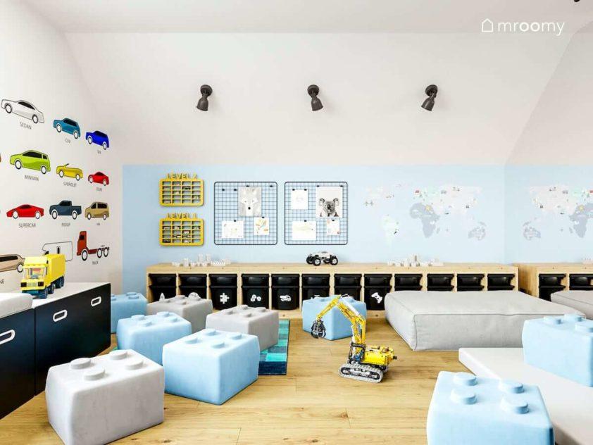 Jasny pokój zabaw małego chłopca z czarnymi niebieskimi akcentami tapetą w auta i mapą świata