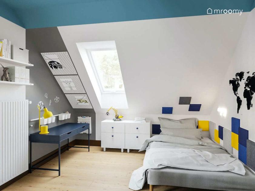 Szerokie wygodne łóżko biurko do nauki białe komody i tablice organizer na skosie w pokoju chłopca
